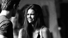 chica llorando y su novio consolándola