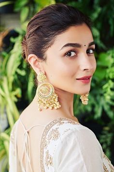 Alia Bhatt has been seen wearing one gorgeous Indian outfit after another for her movie promotions. Check all of Alia Bhatt's Indian Looks here with prices. Indian Celebrities, Bollywood Celebrities, Bollywood Actress, Wedding Guest Outfit Looks, Aalia Bhatt, Alia Bhatt Cute, Geode Jewelry, Jewellery, Indian Look