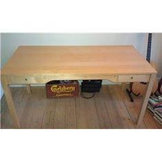 Billigt men kan ikke skæres til. Det er finer men kan da males. I skal have skuffer til at ha alt jeres rod - Skrivebord, Ikea, b: 150 d: 75 h: 74,