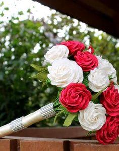 Bukiet ślubny z krepiny wykonany w metodzie cukierkowej w kolorach bordo i ecru owiniety materiałem z dadatkami pasa diamentowego.