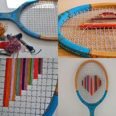 Con una raqueta de tenis.