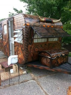 "The ""tooled leather"" camper! It's a good thing we just bought a camper or I would be hunting this thing down! Vintage Caravans, Vintage Travel Trailers, Vintage Rv, Vintage Motorhome, Vintage Style, Camping Glamping, Camping Hacks, Camping Gear, Tiny House"