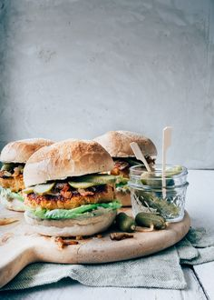 Vegetarian sweet potato burger - From Pauline& Keuken - Easy: Vegetarian sweet potato burger with avocado mayo paulineskeuken … Easy: Vegetarian sweet po - Veggie Recipes, Vegetarian Recipes, Cooking Recipes, Healthy Recipes, Avocado Recipes, Quick Dinner Recipes, Quick Meals, Dinner Healthy, Vegan Blog