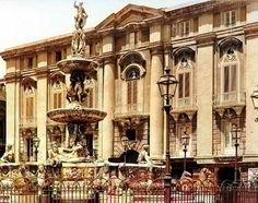 La Fontana di Orione del Montorsoli si staglia sullo sfondo della elegante facciata del Palazzo Arena-Pulejo in Piazza Duomo a Messina ad inizio '900