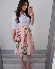 Love the skirt with maybe a simple black top and black shoes look evangelico, saias Floral Skirt Outfits, Skirt Outfits Modest, Midi Skirt Outfit, Modest Dresses, Dress Skirt, Casual Outfits, Cute Outfits, Midi Skirt Floral, Modest Wear