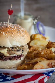 Hamburger beef, onion confit, and Saint-Nectaire with potatoes Ketchup, Confort Food, Pizza Burgers, Us Foods, Delicious Burgers, Love Eat, Foods To Avoid, Healthy Meals For Kids, Yum Yum Chicken