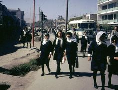 Afghanistan in the 1960's when it was beautiful and free.  Afghanische Schulmädchen, 60er Jahre