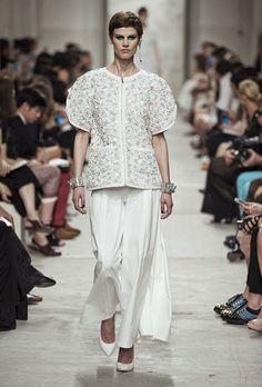 Le top Saskia de Brauw au défilé Chanel croisère 2014 http://www.vogue.fr/mode/cover-girls/diaporama/le-top-saskia-de-brauw-en-50-looks/14788/image/810538#!4