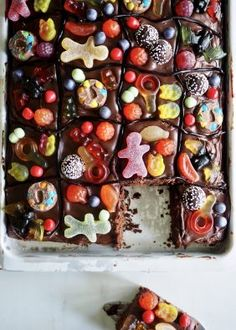 chocolate in roasting pan (candy cake) Junk Food, Lchf, Roasting Pan, Snacks, Party Time, Plum, Plates, Candy, Chocolate