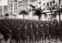 """Ocupació de Barcelona el 1939 Hitler i Mussolini van ajudar el bàndol franquista durant la Guerra Civil. Com a integrants de l'exèrcit franquista vencedor, soldats italians com aquests """"fletxes negres"""", van participar en la desfilada d'ocupació de Barcelona el 1939. © Arxiu Fotogràfic de Barcelona. Autor desconegut."""
