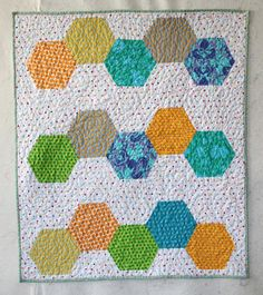 Another hexie quilt from Victoria at Bumblebeans! She cut the hexie shapes with her Accuquilt Go! And she made the ENTIRE quilt in only. Small Quilts, Mini Quilts, Baby Quilts, Hexagon Quilt, Hexagons, Hexagon Crochet, Quilting Blogs, English Paper Piecing, Sewing Projects