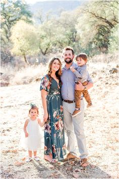 Love the floral dress for mom which is perfect for spring & solid colors for everyone. Sunset Family Photos, Summer Family Pictures, Christmas Pictures, Fall Family Photo Outfits, Family Photo Colors, Fall Family Portraits, Outdoor Family Portraits, Fall Color Schemes, How To Pose