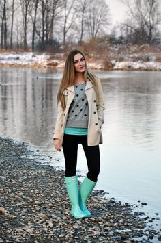 Clothes Moda Invierno - 30 Ideas How To Keep Stylish In Fashions With Rain Boots. Best Rain Boots, Wellies Rain Boots, Stylish Rain Boots, Cute Rain Boots, Snow Boots, Casual Chic Outfits, Fall Winter Outfits, Autumn Winter Fashion, Outfit Vestidos