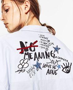 изображение 6 из РУБАШКА ИЗ ПОПЛИНА С КАРМАНОМ И НАДПИСЬЮ от Zara Painted Jeans, Painted Clothes, Shirt Print Design, Shirt Designs, Look Fashion, Fashion Details, Custom Clothes, Diy Clothes, Printed Shirts