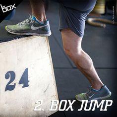 Pular é a forma mais pura de explosão. Comece com caixas menores e vá aumentando à medida que ganha força. Para fazer, comece com os pés na largura dos ombros, dê uma leve agachada e impulsione as pernas. Nesta fase, jogar os braços para cima te auxiliam a subir ainda mais. Para finalizar o movimente estenda as pernas. Para repetir, existem 2 opções: o salto pliométrico, onde as duas pernas descem ao mesmo tempo da caixa e retornam imediatamente para cima, ou descendo uma perna de cada vez.
