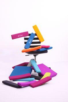 Unendlich viele Gestaltungsmöglichkeiten! Wir haben es noch nicht durchgerechnet. Aber bei 5 Pads pro Stuhl, mit mindestens 10 Farben zur Auswahl und die Sonderwünsche zu Fußkreuzen oder Rollen oder oder oder... beachtend. Da kommen wir auf insgesamt:  unendlich viele Gestaltungsmöglichkeiten!