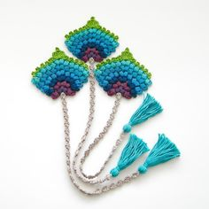 This crochet bookmark in the form of a peacock feather would make for a lovely and original birthday, teacher or Christmas gift.The crochet peacock fan feather bookmark is my own original design and I have made it using 100% mercerized cotton and a 2.5 mm hook / C hook.Measurements: Peacock feather fan size: approx. 8.5 x 9 cm / 3.4 x 3.6 inch String length: approx. 23.5 cm / 9.4 inch Tassel length: approx. 8 cm / 3.2 inch Total length: approx. 38 cm / 15.2 inch But you can of course make…