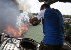 Ein Mann versucht, ein Feuer in der philippinischen Stadt Quezon zu bekämpfen. Laut Feuerwehr wurden zwei Menschen bei dem Brand verletzt, mehr als 300 Familien obdachlos