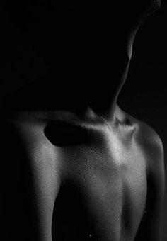 Silueta parcial de clavicula fondo negro black and white photograph