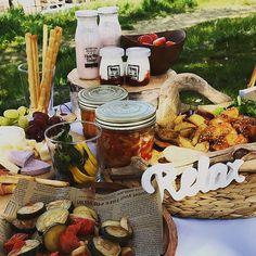 HiromiさんはInstagramを利用しています:「#昨日 の#お花見 #桜の木の下で #おしゃピク #いちご と#シャンパン #大好きな組み合わせ #お天気の良い日 の#ピクニック は #気持ちいい おしゃピクには#カルディのおやつが#おしゃれ Picnic menu #チーズボード 自家製ピクルス パプリカのマリネ…」