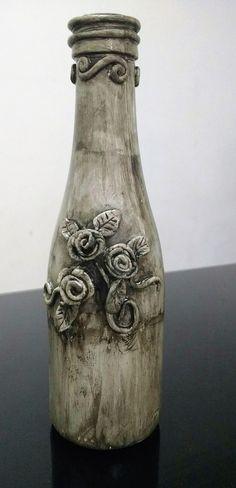 garrafa envelhecida com betume e decorada com massa epox