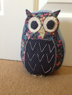 Owl doorstop Owl Doorstop, Sewing Projects, Projects To Try, Owl Pillow, Owl Patterns, Door Stop, Felt Art, Bunting, Diy Tutorial