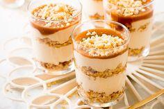 Verführerisches Karamell-Schichtdessert Mini Dessert Cups, Mini Desserts, Energy Consumption, Chia Pudding, Tiramisu, Macaroni And Cheese, Panna Cotta, The Cure, Food And Drink