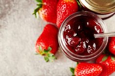 jars of strawberry jam with berries on tray close up Hulled Strawberries, Acerola, Granny Smith, Strawberry Jam, Sweet Breakfast, How To Squeeze Lemons, Sweet Desserts, Desert Recipes, Sans Gluten