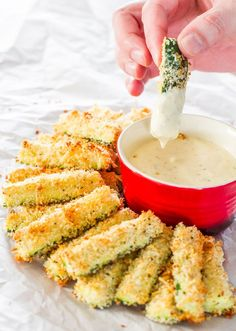 材料はズッキーニとチーズのみ、手順はオーブンで焼くだけ!「ズッキーニのパルメザン焼き」は手軽に作れて海外で人気なんです♪あと一品欲しい時や、パーティーメニューにもピッタリ。そのままでもディップにつけても美味しく食べられるオススメ料理です。ラタトゥイユだけじゃない、ズッキーニの新しい食べ方にTry!
