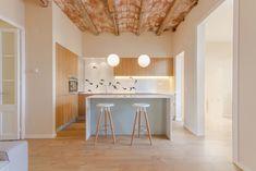 Un piso con encanto en Gracia no es siempre fácil de encontrar. Este en cambio era una joyita destrozada con suelos modernistas y...