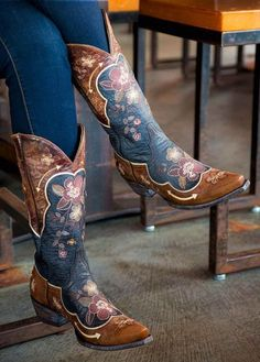 Dance the night away in style when you wear these stylish cowgirl boots from Old Gringo. Kick the dust up when you wear these boots from Old Gringo. Cute Shoes, Me Too Shoes, Mode Country, Heeled Boots, Shoe Boots, Women's Boots, Combat Boots, Over Boots, High Boots