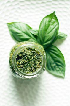 バジルは「王様の薬草」と呼ばれ古くから親しまれてきた野菜の一つ。カロテンやビタミンBを豊富に含み、抗菌作用や集中力を高める作用も期待できるといわれています。