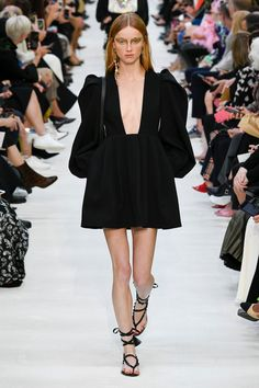 Fashion Week Paris Spring/Summer 2020 look 57 from the Valentino collection womenswear Fashion Line, Runway Fashion, Spring Fashion, High Fashion, Fashion Show, Fashion Design, Fashion 2020, Fashion Women, Valentino 2017