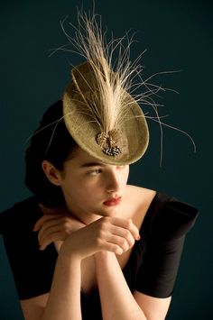 Classic tilted hat from the 40s. Very low on the forehead and quite sophisticated.