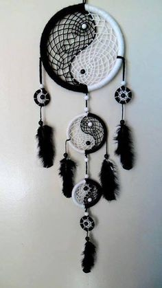 26 Beautiful Dream Catcher Ideas and Tutorials 19 Yin Yang Black and White Dream catcher Los Dreamcatchers, Dream Catcher Craft, Black Dream Catcher, Dream Catcher Bedroom, Dream Catcher Bracelet, Making Dream Catchers, Dream Catcher Mobile, Beautiful Dream Catchers, Diy And Crafts
