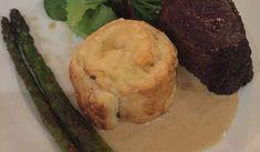 Detta är en riktig festmåltid. Lyxig oxfilé med en frasig potatisbakelse och krämig pepparsås till, som bäddat för en succé :)