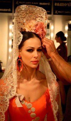 Peinados Españoles Flamenco Costume, Flamenco Dancers, Flamenco Dresses, Spanish Woman, Spanish Style, Rose Bonbon, Turbans, Spanish Wedding, Spanish Fashion