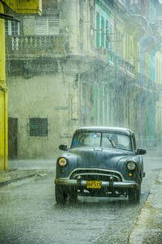 Rainy day in Havana,Cuba Havana in rain / marcin jucha Walking In The Rain, Singing In The Rain, Rainy Night, Rainy Days, Rain Photography, Street Photography, Old American Cars, I Love Rain, Sound Of Rain