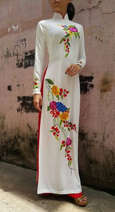 Custom made Vietnamese ao dai (áo dài) by mark&vy. Beautiful dresses for all occasions including wedding, prom or everyday wear. Kurti Neck Designs, Kurta Designs Women, Kurti Designs Party Wear, Blouse Designs, Hand Painted Sarees, Hand Painted Fabric, Fabric Painting On Clothes, Painted Clothes, Beautiful Dress Designs