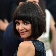 coupe courte tendance, carré frangé classique, Katie Holmes, carré rigide avec une frange
