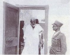 إحضار عمر المختار إلى قاعة المحكمة. Omar Mukhtar bring to the courtroom. Lion Of The Desert, Benghazi Libya, Egypt Travel, Rare Photos, Historical Photos, Black History Facts, Islamic World, North Africa, Old Pictures