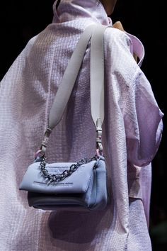 Emporio Armani at Milan Fashion Week Spring 2019 - Details Runway Photos - Pin Trend Spring Fashion Outfits, Fashion Boots, Fashion Fall, Fashion Sandals, Fashion Dresses, Milan Fashion Weeks, Malm, Fashion Details, Emporio Armani