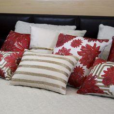 Um brilho dourado faz da almofada Shiny um must have para qualquer decoração charmosa e delicada! Combine-a com almofadas coloridas em padrões floridos ou geométricos, na cama ou no sofá para criar espaços cheios de personalidade!  Shop online> http://www.lolahome.com.br/almofada-shiny-717.aspx/p
