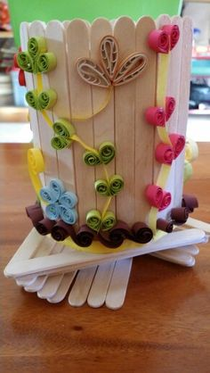 Pencil holder decorated with quilled flowers