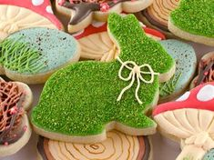 Woodland Easter Cookies. A tutorial on how to create a realistic moss effect on cookies. By @SemiSweetMike #easter #decoratedcookies #woodland