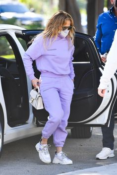 Jennifer Lopez Outfits, Sandy Style, Casual Chic Style, School Outfits, White Jeans, High Tops, Lilac, Celebrity Style, Sporty Outfits