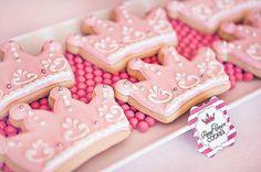 Pink princess crown cookies. Söta dekorerade kakor. Prinsesskrona kakmått, pastafärg och sokerpärlor i silver, guld och många fler färger finns i vår butik <3 www.BakaDekorera.se