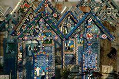 Cementerio alegre de Sapantza en Rumanía. Por raro que parezca estamos en un cementerio, eso si muy colorido y alegre, ya que la muerte se considera una invitación a la vida. Las tumbas están decoradas con pinturas y epitafios que describen poéticamente al difunto. © Salajean / shutterstock.com