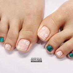 Choosing a proper toe nail design is the best way to succeed with the creation of a flawless look. We have the perfect collection of trendy ideas at hand and we are going to share them with you today! Latest Nail Art, New Nail Art, Cool Nail Art, Pretty Nail Designs, Toe Nail Designs, Pedicure Nail Art, Feet Nails, Top Nail, Nail Art Hacks