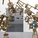 De madera a metal y, de metal a plástico: Bang, la visualización del tiempo a través de bancos de madera de tres patas, es una instalación presentada en la 55ª Bienal de Arte de Venecia, en la que participó como curadora Susanne Gaensheimer, quien, en busca de representar el significado de las formas tradicionales y …